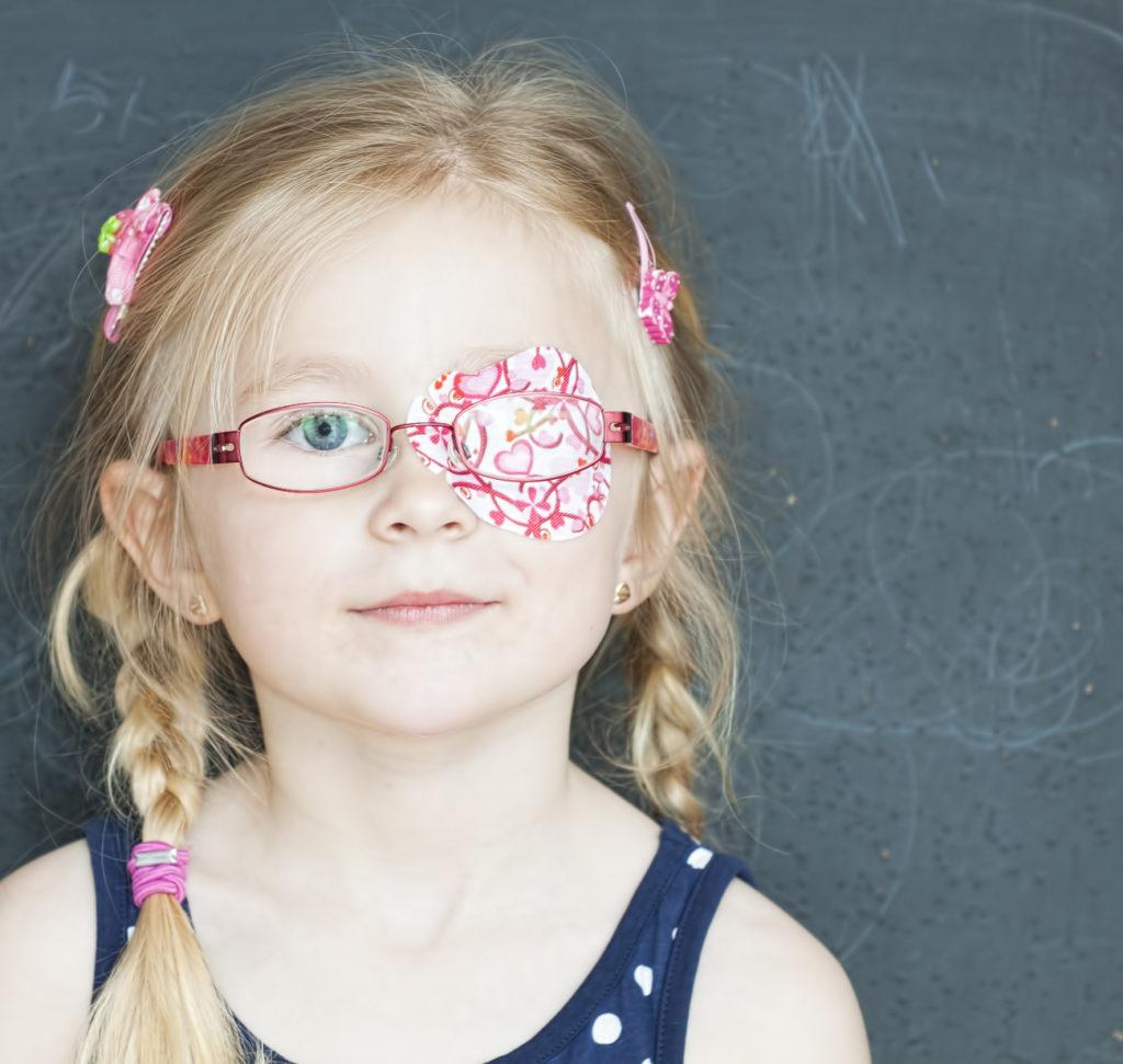 Amblyopies cache oeil fille lunettes